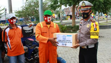 Photo of Sat Lantas Polres Poso Bagikan 100 Paket Sembako