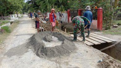 Photo of Anggota TNI Bantu warga Buat Selokan