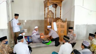 Photo of Polres Poso Berikan Seperangkat Alat Sholat Di Masjid